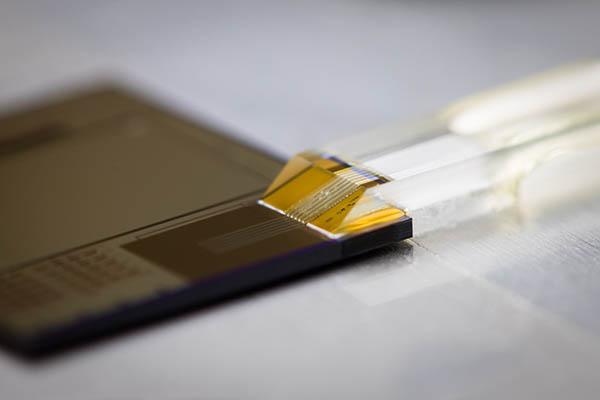 quasi-planar grating coupled fiber array